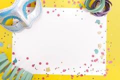 Coriandoli di carnevale su Libro Bianco fotografie stock libere da diritti