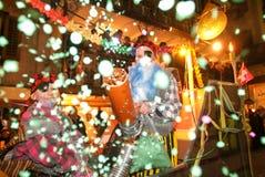 Coriandoli di fucilazione della gente durante la celebrazione del carnevale alla E Fotografia Stock Libera da Diritti