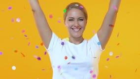 Coriandoli di lancio della donna allegra, celebrazione della festa di compleanno, spettacolo stock footage