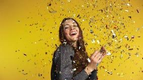 Coriandoli di lancio della donna felice che godono del partito video d archivio