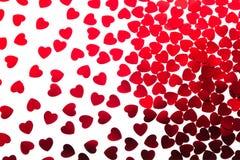 Coriandoli rossi dei cuori del modello decorativo di giorno del ` s del biglietto di S. Valentino isolati su fondo bianco Immagine Stock