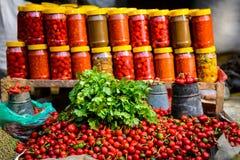 Coriandre, chillis et pots Photographie stock libre de droits