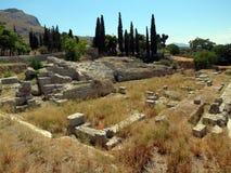 Corinth, anfiteatro antigo cercado pelas ruínas foto de stock royalty free