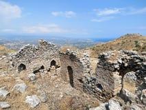 Corinth fördärvar av en gammal byggnad upptill av fästningen arkivbilder