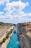 Corinth kanal i en ljus solig dag mot en blå himmel royaltyfri fotografi
