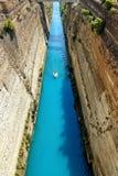Corinth kanal i Grekland i en sommardag royaltyfria foton