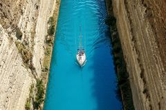 Corinth kanal i Grekland i en sommardag royaltyfria bilder