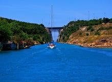 Corinth kanal med fartyget Arkivbilder