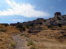 Corinthe, la route jusqu'au dessus de la forteresse images stock