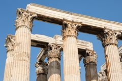 Corinthian beställning dekorerade pelare av templet av olympiska Zeu arkivbild
