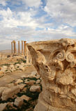 Corinthian carved capital and ruins of Palmyra Royalty Free Stock Photos