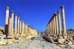 Corinthiankolonner forntida Roman Road City Jerash Jordan Arkivbild