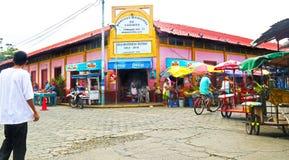 Corinto, Nicarágua 10 de outubro de 2018 Locals que compram no mercado público Edifícios coloridos fotos de stock