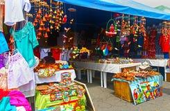 Corinto, Nicarágua 10 de outubro de 2018 Turistas que consultam em lojas com bens coloridos, roupa, camisas de T, lembranças imagem de stock