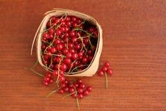 Corinto vermelho em uma cesta imagens de stock royalty free
