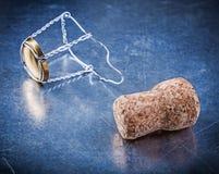 Cork затвор с переплетенным проводом на металлической предпосылке Стоковые Изображения RF