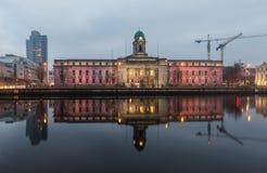 Cork здание муниципалитет отраженный в реке Ли на сумерк Стоковые Изображения