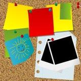 Cork доска для сообщений с различными бумажными примечаниями и прикройте немедленный пэ-аш Стоковые Фото