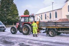 Cork работники муниципалитета подготавливая grit дороги во время шторма Эммы, также известного как зверь от востока Стоковое Изображение RF
