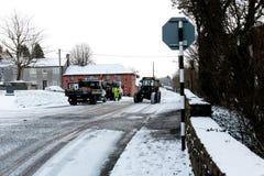 Cork работники муниципалитета подготавливая grit дороги во время шторма Эммы, также известного как зверь от востока Стоковые Изображения RF