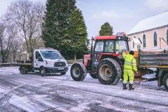 Cork работники муниципалитета подготавливая grit дороги во время шторма Эммы, также известного как зверь от востока Стоковое фото RF