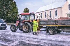 Cork работники муниципалитета подготавливая grit дороги во время шторма Эммы, также известного как зверь от востока Стоковые Изображения
