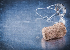 Cork штепсельная вилка с переплетенным проводом на металлической предпосылке Стоковое Фото