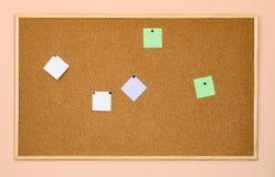 Cork aanplakbord op een bureaumuur Royalty-vrije Stock Fotografie