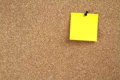 Cork berichtraad en geel notadocument Stock Foto's