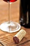 Cork en glas Italiaanse rode wijn royalty-vrije stock afbeeldingen