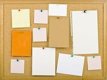 Cork prikbord met nota's. Stock Afbeeldingen