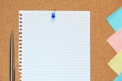 Cork raad met blad van document, kleurrijke lege nota's en duw pi Stock Afbeeldingen