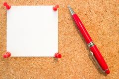 Cork raad met duidelijk wit leeg bericht met de rood spelden en p royalty-vrije stock afbeeldingen