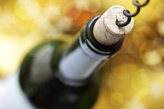 Cork schroef en wijnfles stock foto's