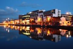 Cork stadsbezinning bij schemer Stock Foto