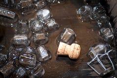 Cork van champagnefles in eiken vat met ijsblokjes Stock Afbeeldingen