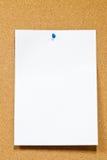corkboard λευκό πινεζών εγγράφο&upsilo Στοκ φωτογραφία με δικαίωμα ελεύθερης χρήσης