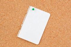 Corkboard avec le perforateur de papier blanc Image libre de droits
