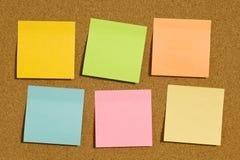 Corkboard com seis notas de post-it vazias Foto de Stock Royalty Free