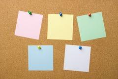 Corkboard con cinco notas en blanco Imagen de archivo libre de regalías