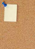 Corkboard con la nota clavada con tachuelas pulgar Fotos de archivo libres de regalías