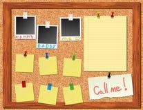 Corkboard con las etiquetas engomadas y la polaroid Imágenes de archivo libres de regalías