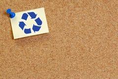 Corkboard con recicla símbolo Foto de archivo libre de regalías