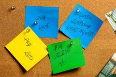 Corkboard en Kleverige Nota's in Geel, Groen en Blauw Pre-geschreven met diverse gemeenschappelijke herinneringen royalty-vrije stock foto