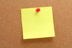 Corkboard et papier à lettres Photographie stock