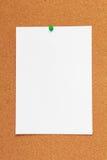 Corkboard Hintergrund mit Papier Stockfotos