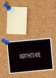 Corkboard met nota en foto Stock Foto