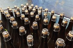 Corked бутылки в ящике стоковое изображение