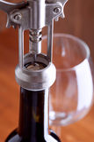 Corkscrew e um vidro do vinho Imagem de Stock