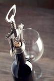 Corkscrew e um vidro do vinho Imagens de Stock